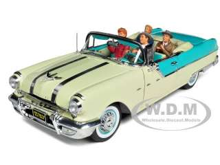1955 PONTIAC STAR CHIEF FROM I LOVE LUCY SERIES W/4 FIGURES 1/18